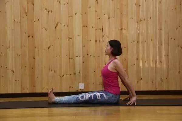 两个瑜伽动作,每天锻炼几分钟,帮你改善不良体态!